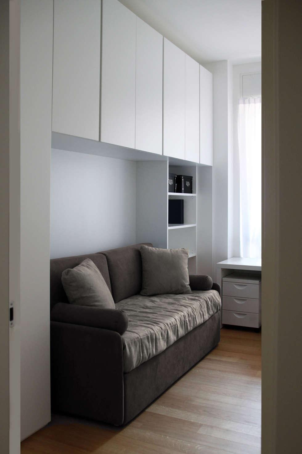 studio camera ospiti: Sala multimediale in stile  di T+T ARCHITETTURA