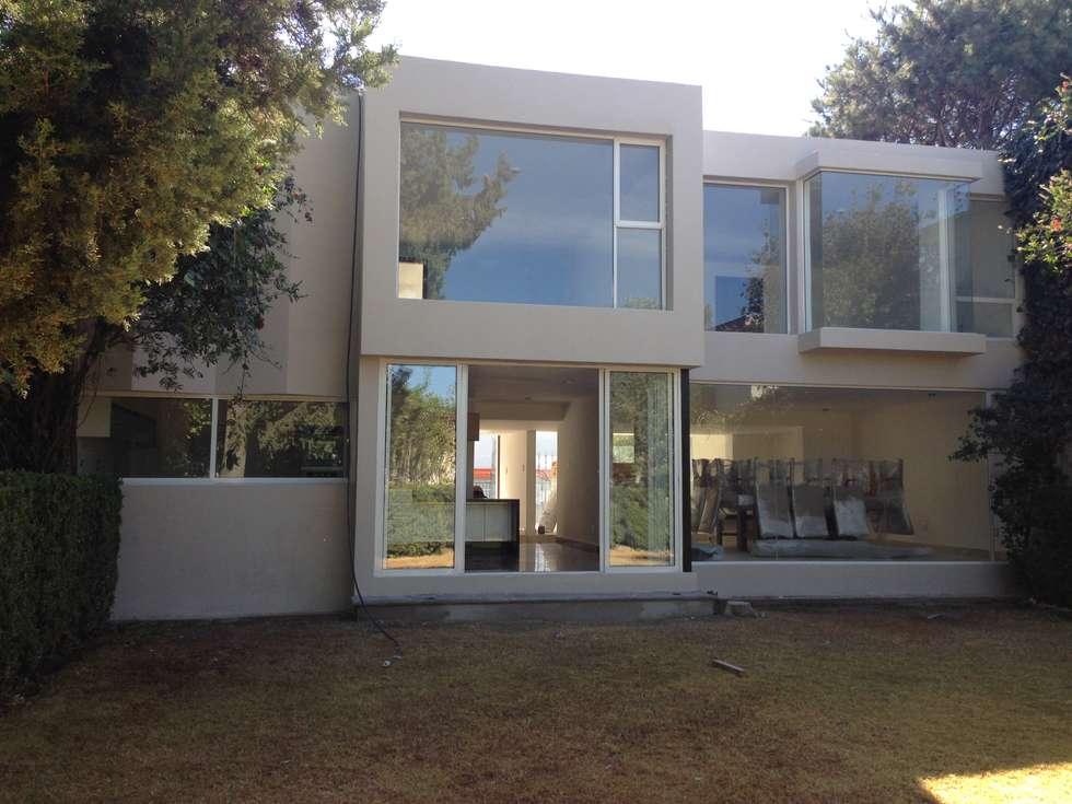 FACHADA TRASERA DESPUES DE REMODELACION: Casas de estilo minimalista por Alejandra Zavala P.