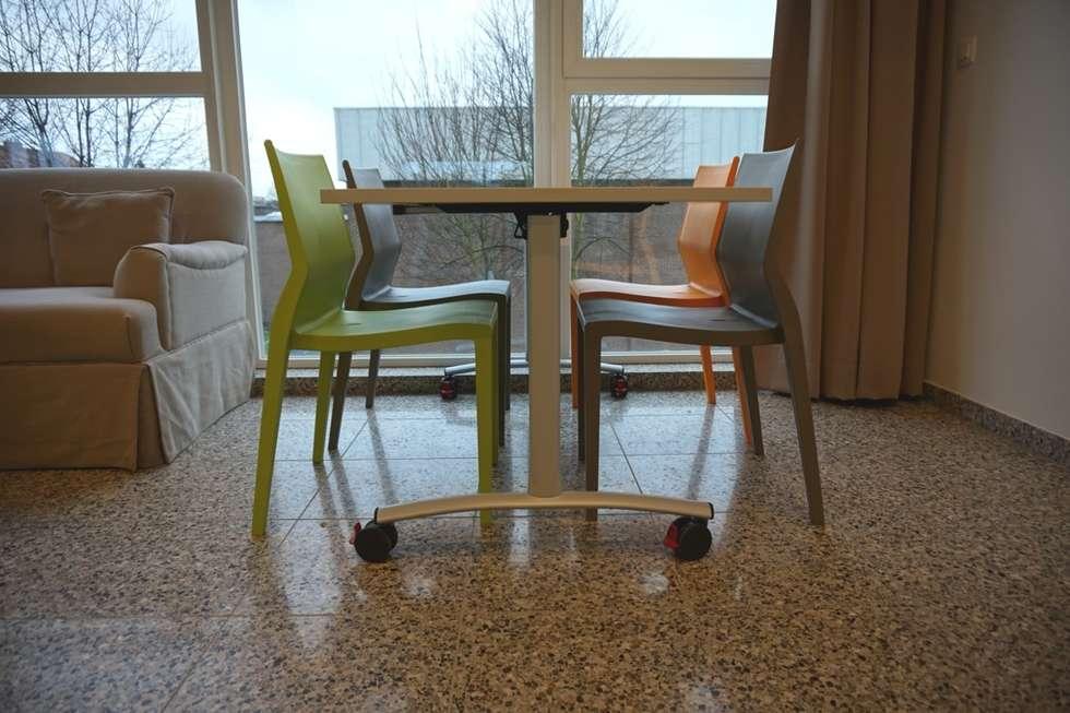 Sedie ergonomiche Hoth e tavoli pieghevoli Archimede: Scuole in stile  di IBEBI Design