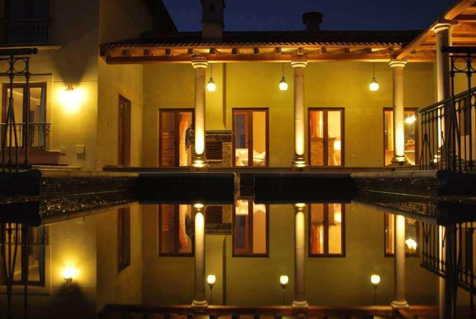 Piscina: Piletas de estilo mediterraneo por Azcona Vega Arquitectos