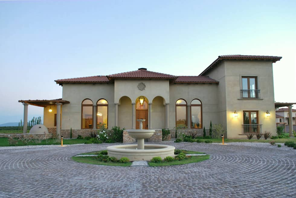 Fachada principal Norte: Casas de estilo mediterraneo por Azcona Vega Arquitectos