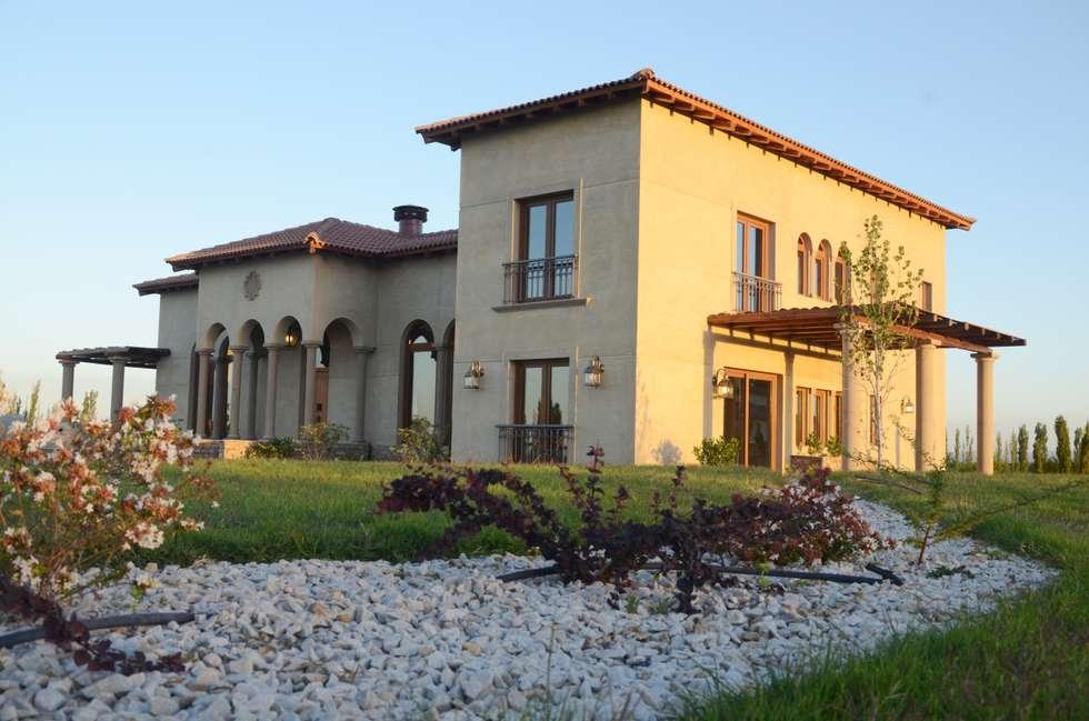 Fachada Suroeste: Casas de estilo mediterraneo por Azcona Vega Arquitectos