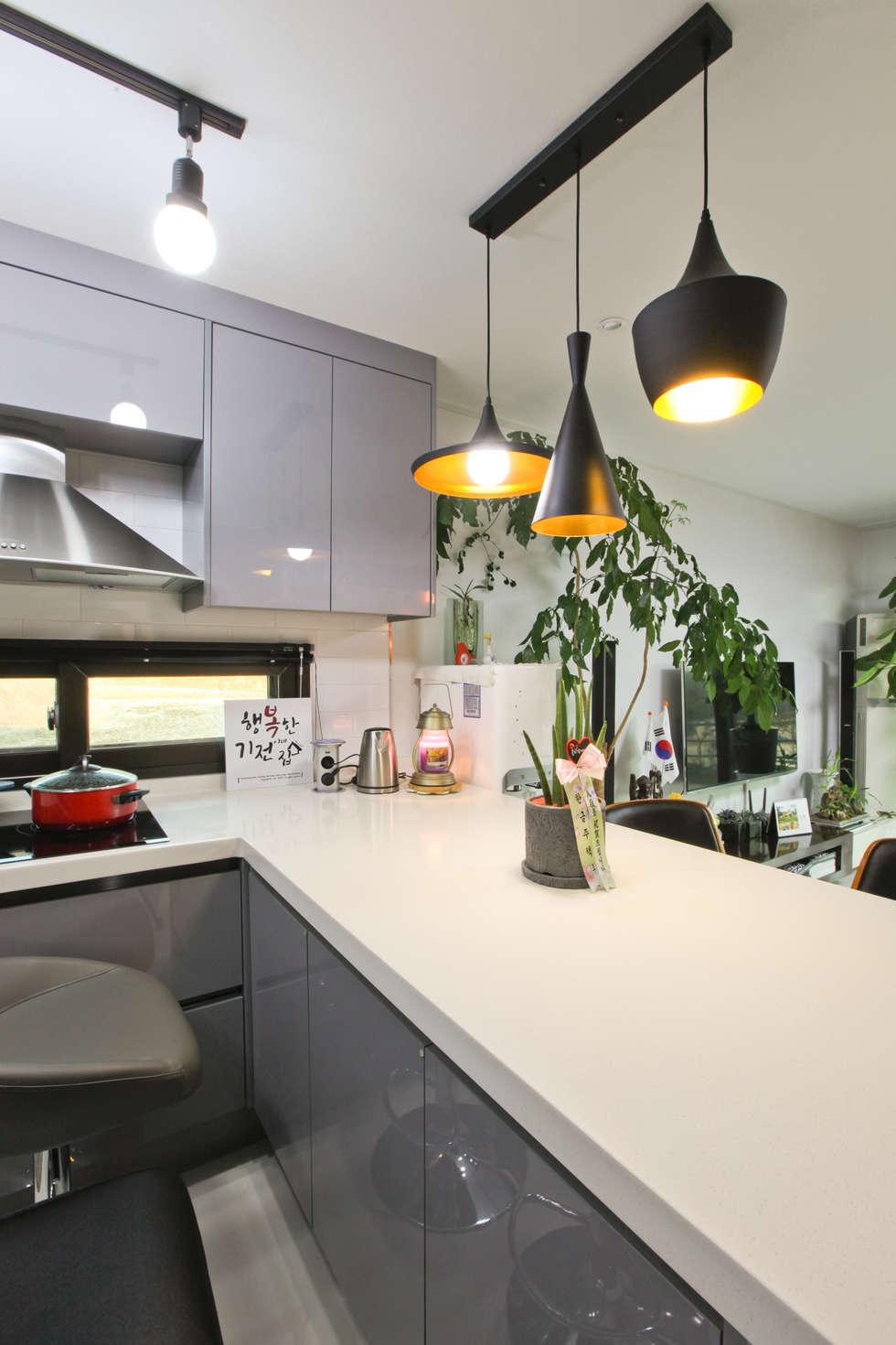 기존도면에 한층더 업그레이드된 집: 한글주택(주)의  주방