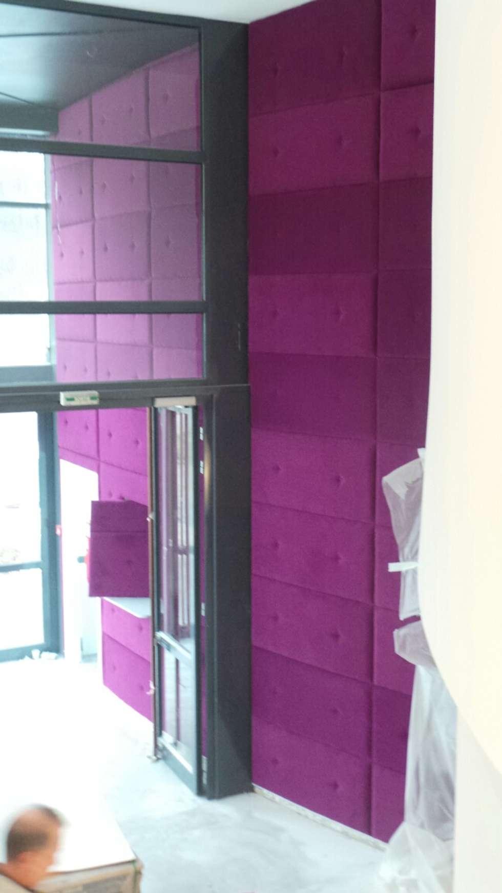 Mur capitonné violet sur mesure: Murs de style  par DONNA DESIGN