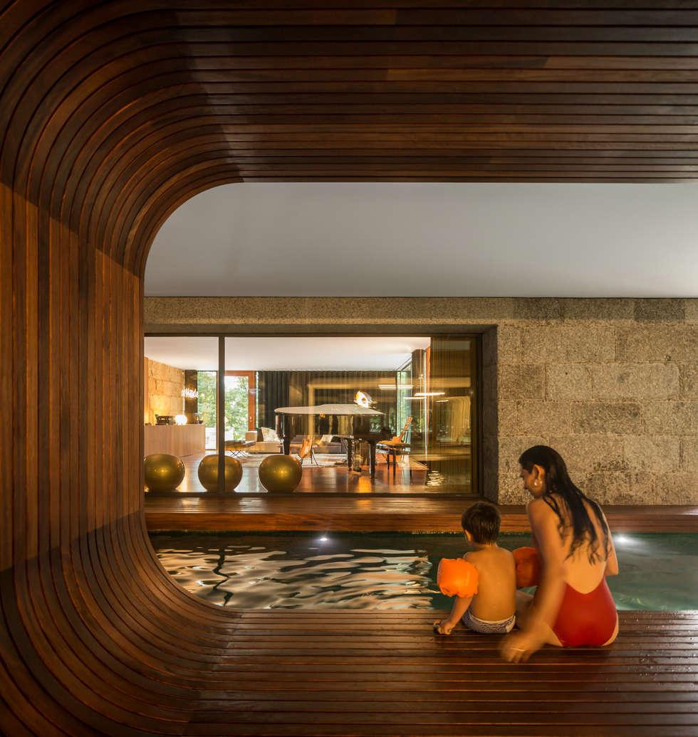 Guimarães House: Piscinas minimalistas por es1arq