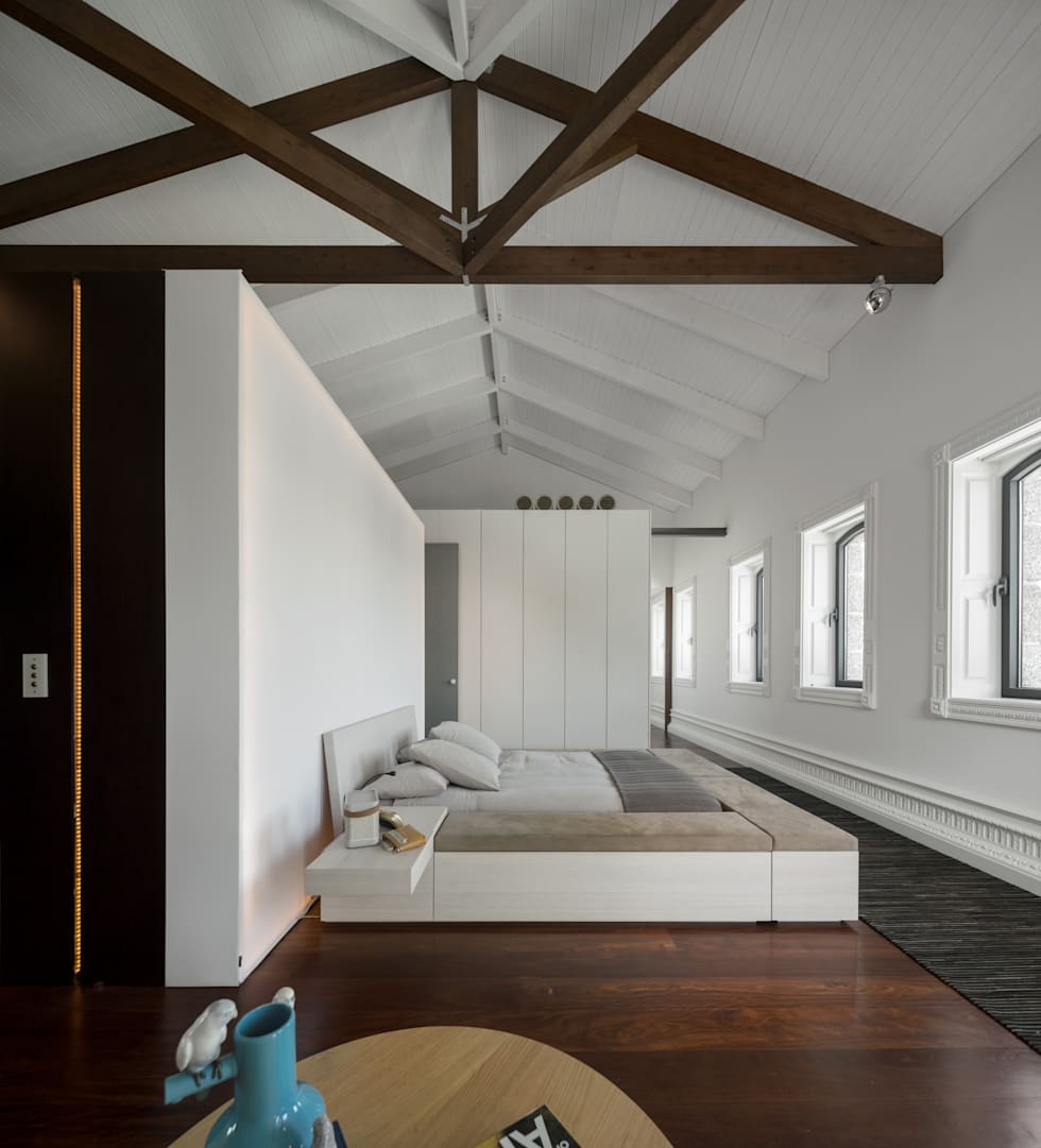Guimarães House: Quartos minimalistas por es1arq