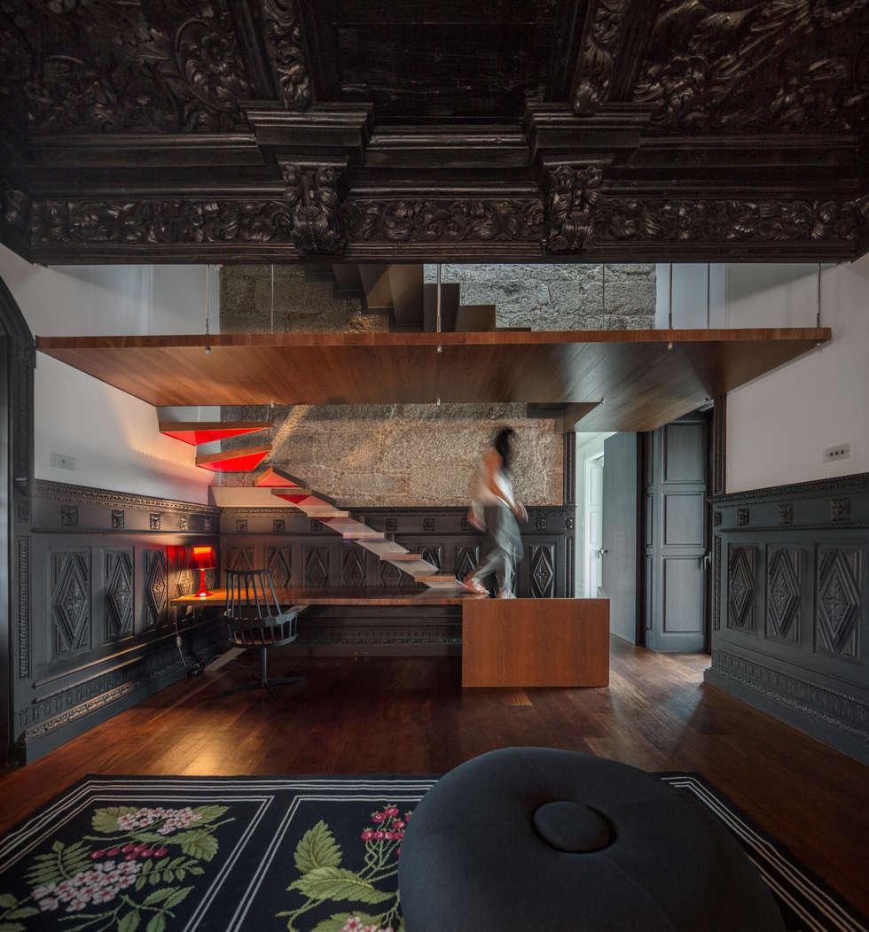 Guimarães House: Salas de estar minimalistas por es1arq