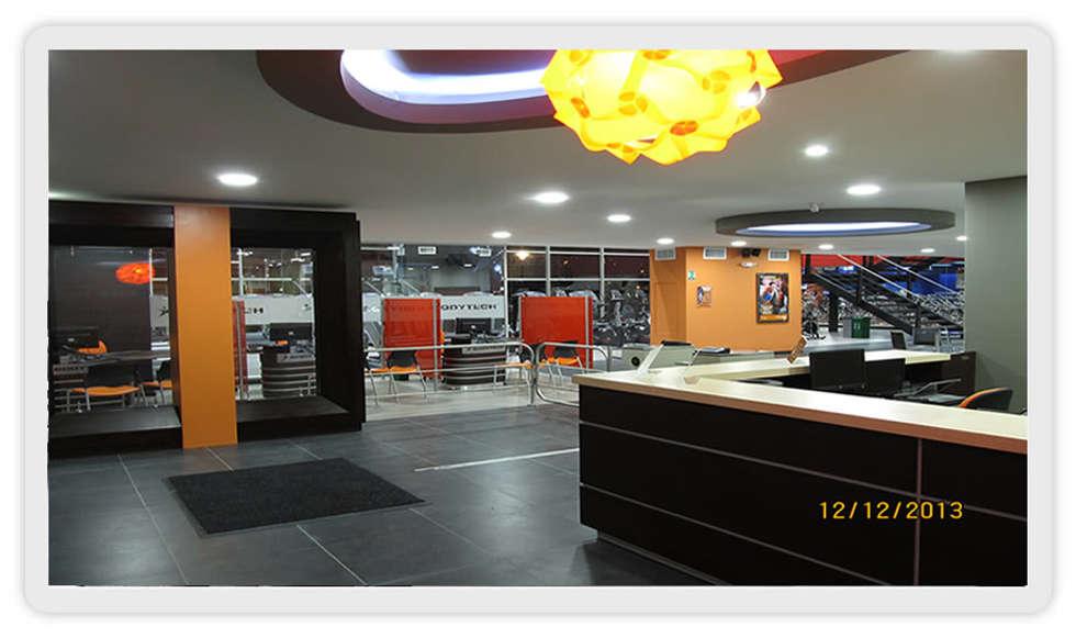 Inmobiliario Comercial: Espacios comerciales de estilo  por UGR  Mobiliario S.A.S