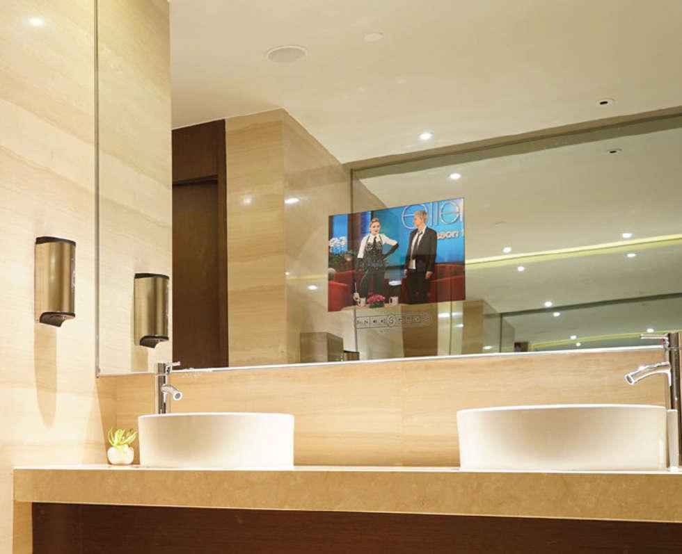 IllusionTV Touch PAD: Casas de banho modernas por Glassinnovation - Glass'IN