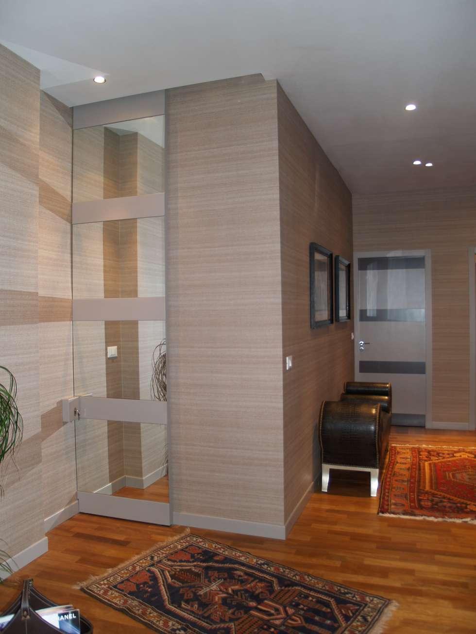 mirror door: Studio in stile in stile Moderno di bilune studio