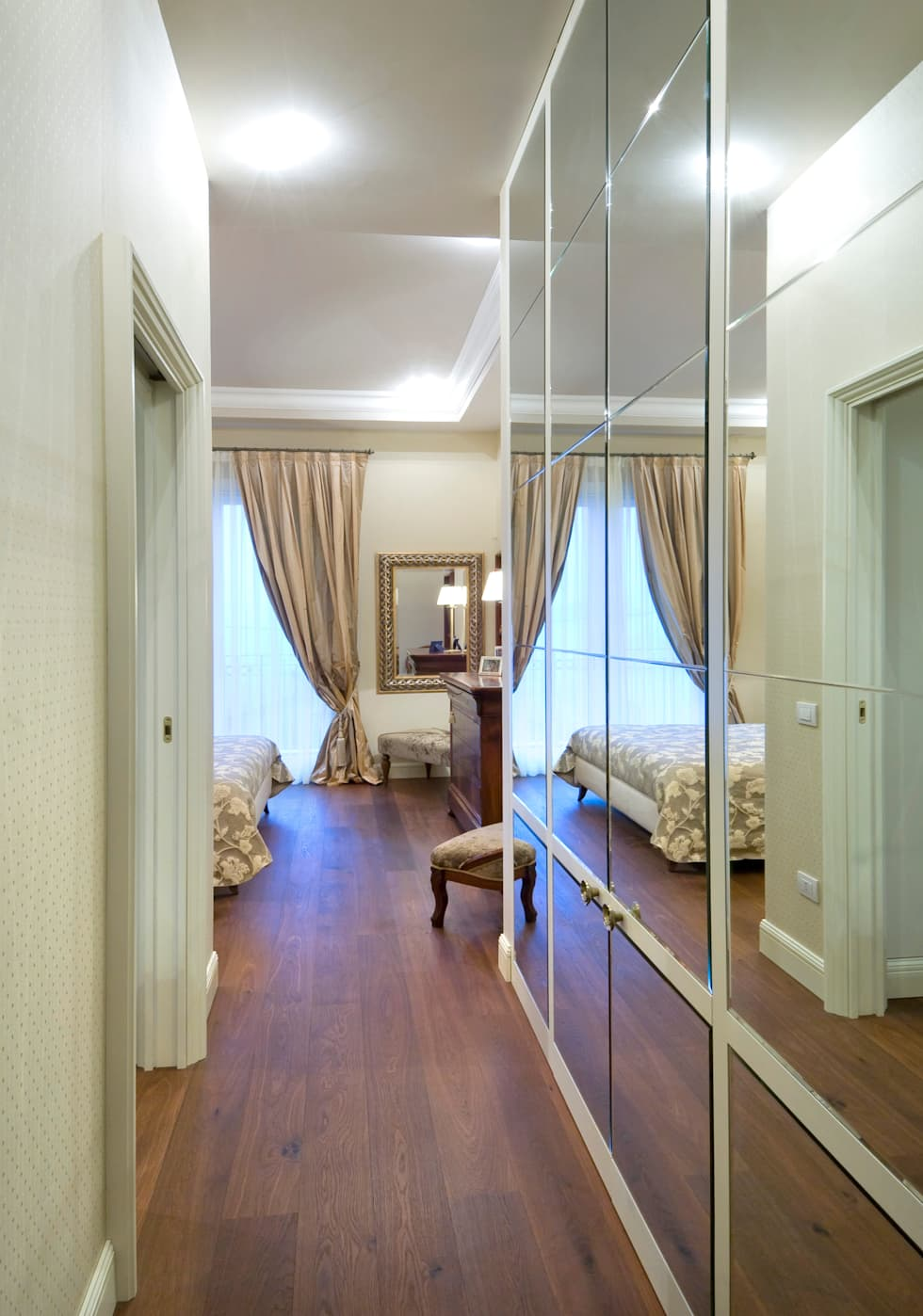 mirror for wardrobe: Camera da letto in stile in stile Classico di bilune studio