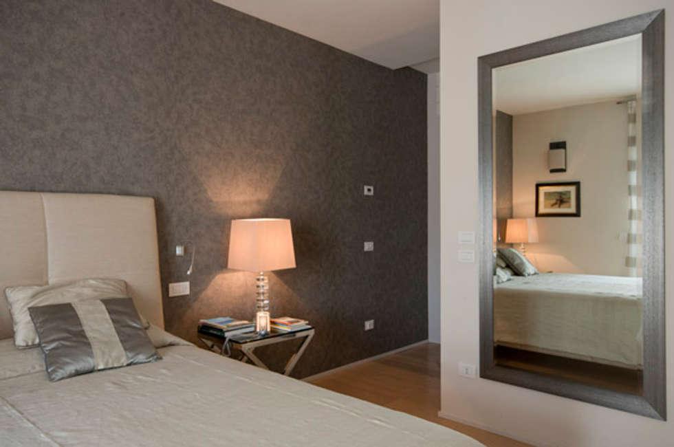 mirror for bedroom: Camera da letto in stile in stile Moderno di bilune studio