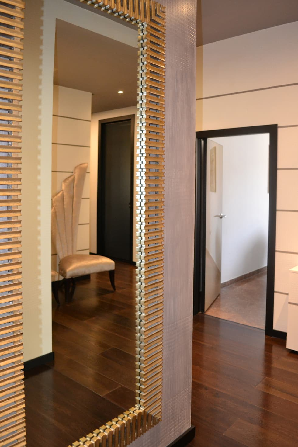 gold mirror: Studio in stile in stile Moderno di bilune studio