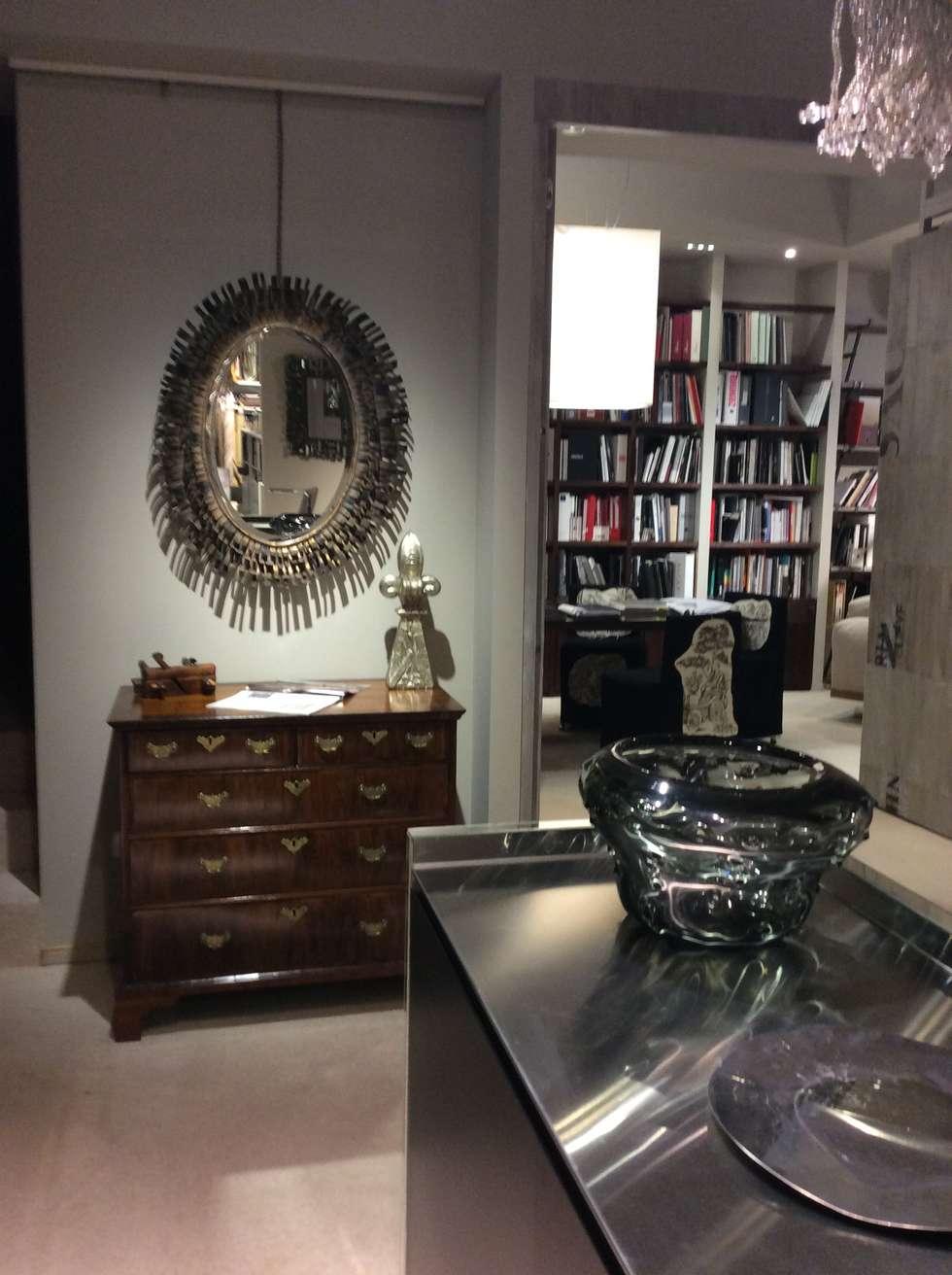 mirror and metal: Pareti in stile  di bilune studio