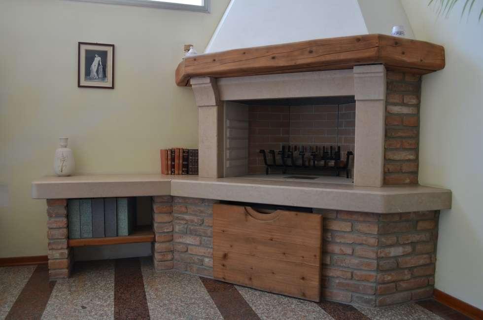 CAMINO RUSTICO 2: Soggiorno in stile in stile Rustico di SALM Caminetti