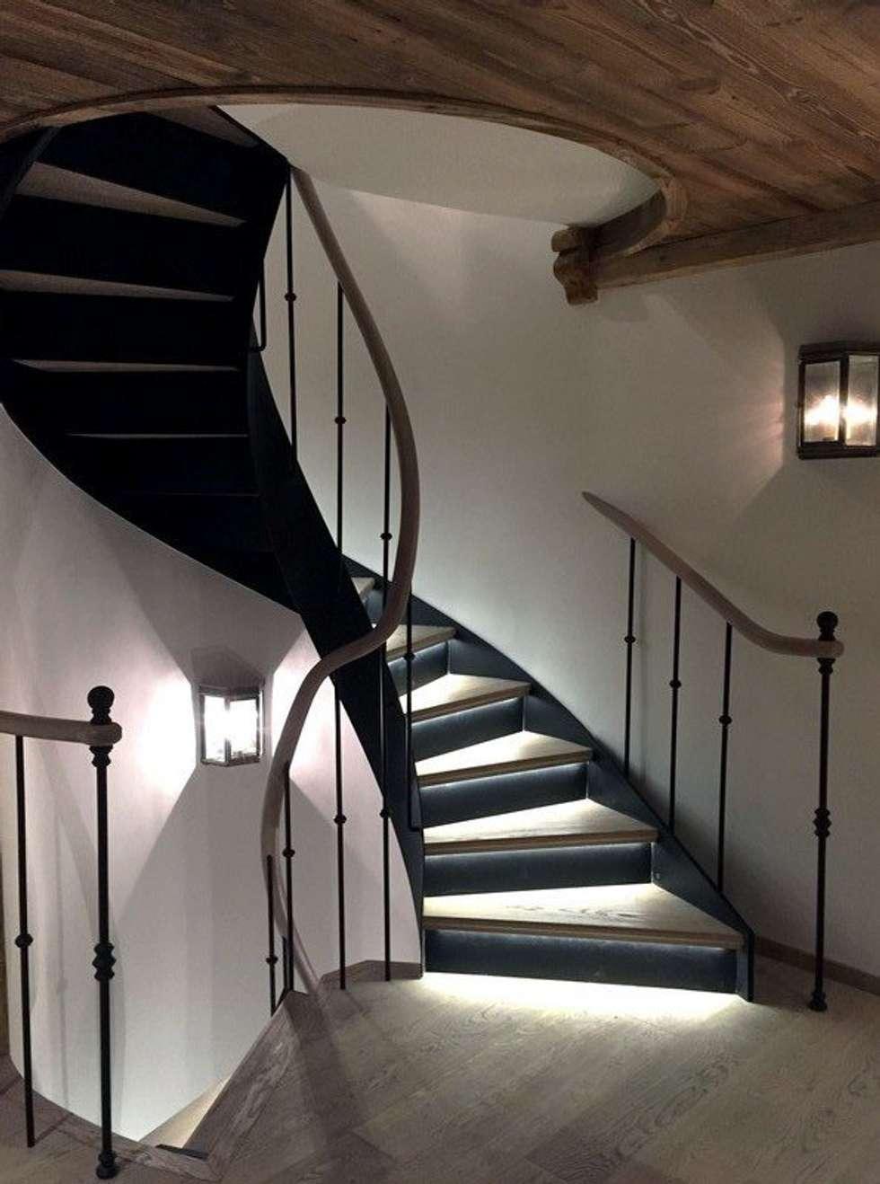 Escalier courbe: Couloir et hall d'entrée de style  par Passion Bois