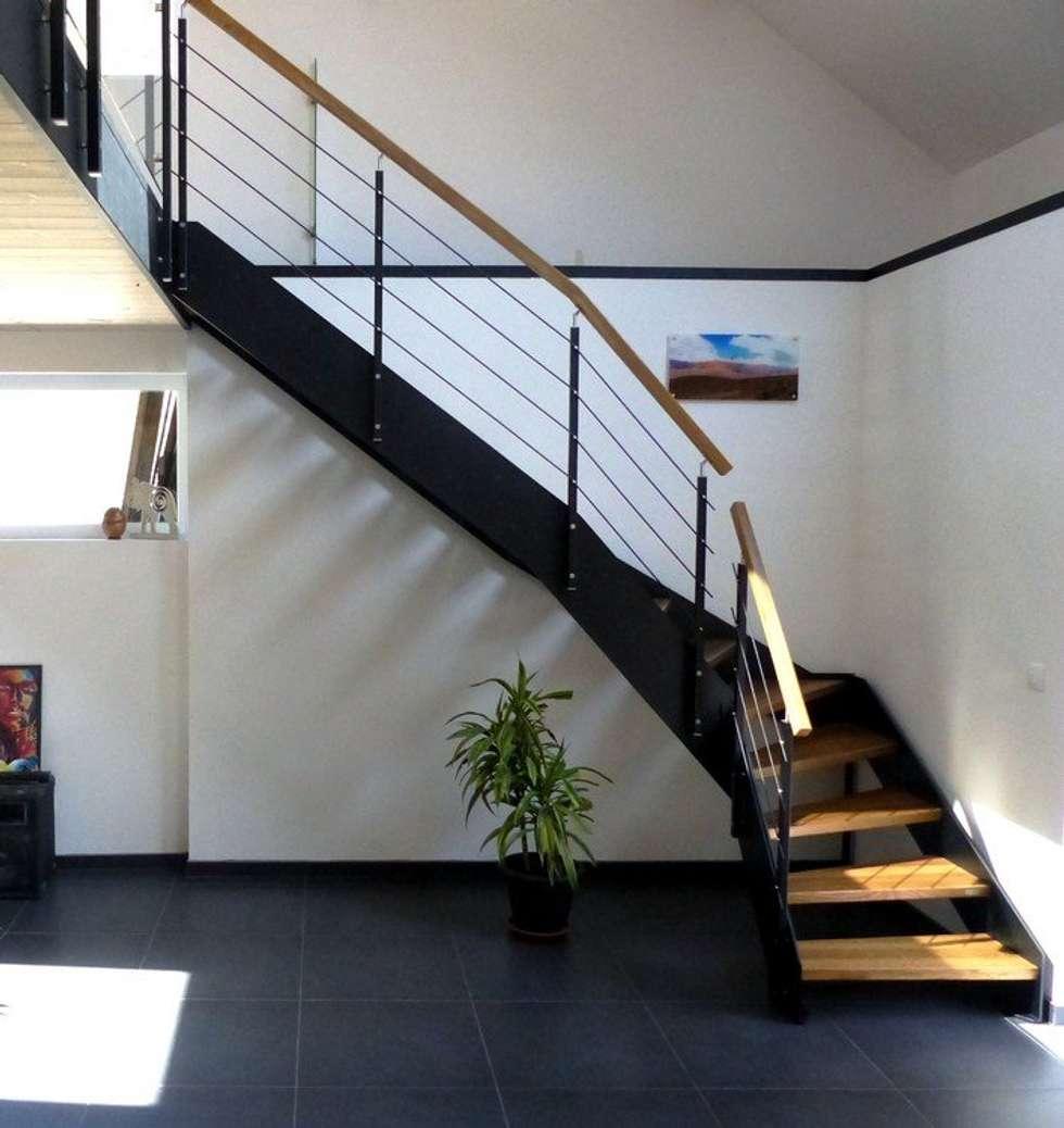 Escalier bois et acier: Couloir et hall d'entrée de style  par Passion Bois
