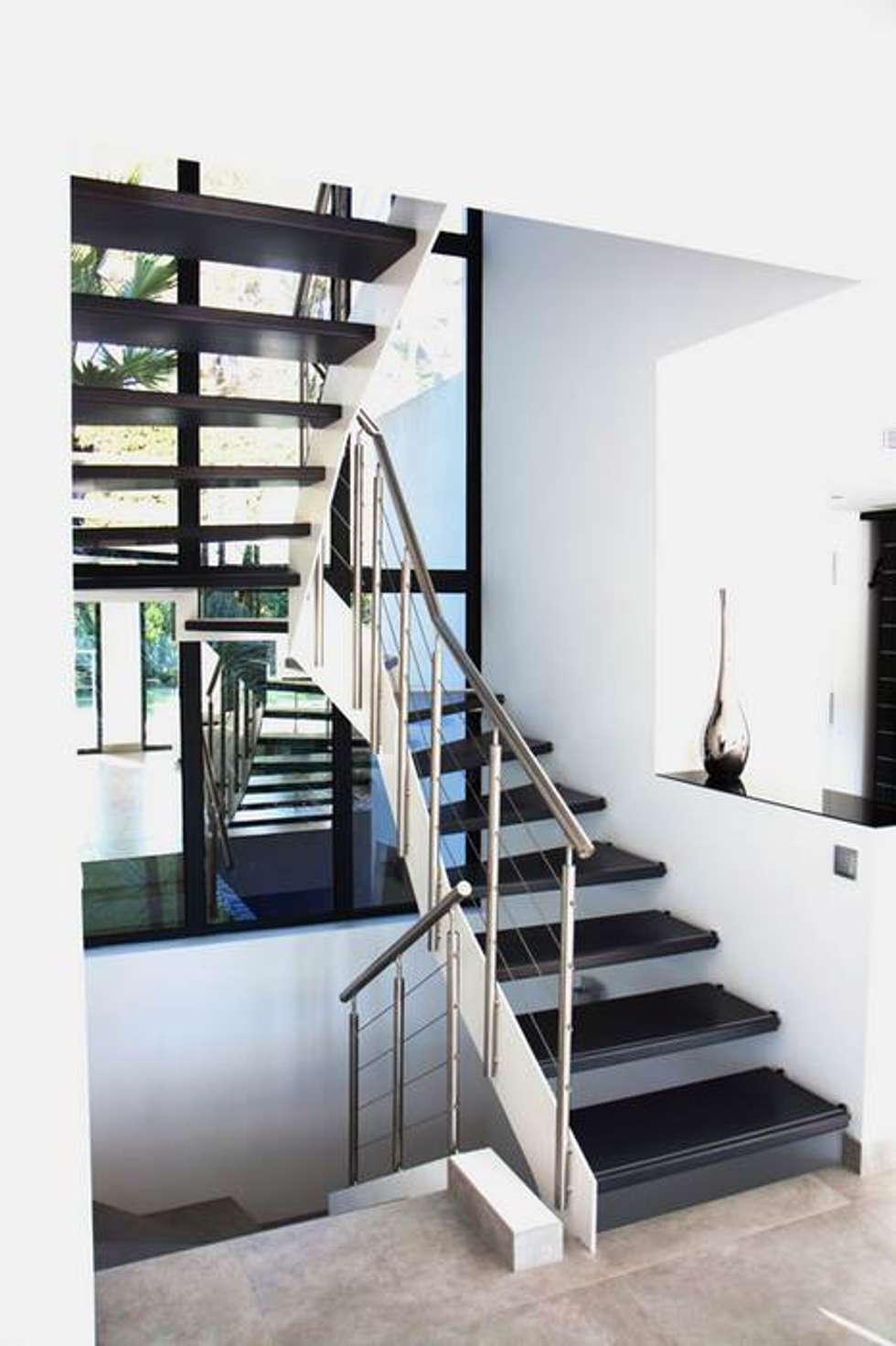 Escalier forme en U: Couloir et hall d'entrée de style  par Passion Bois