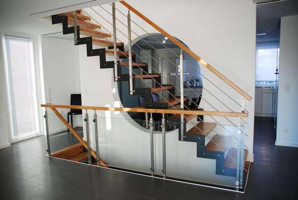 Escalier droit: Couloir et hall d'entrée de style  par Passion Bois