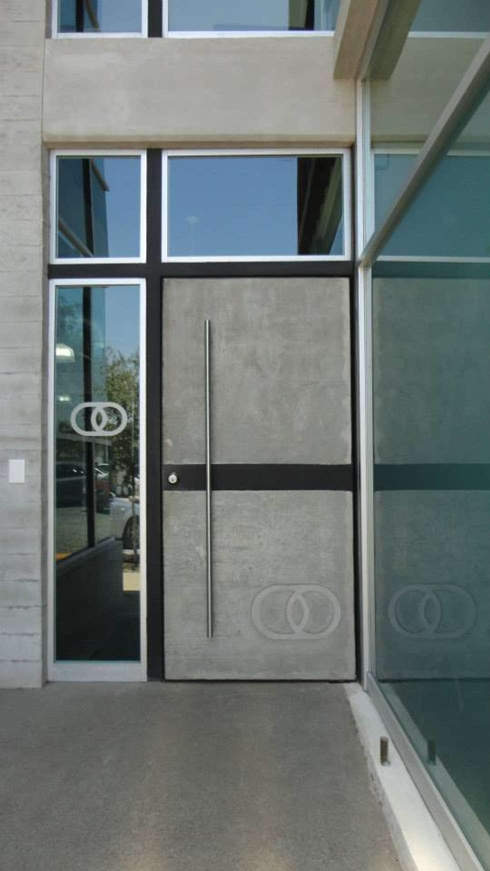 puerta principal ventanas de estilo por diez y nueve grados arquitectos