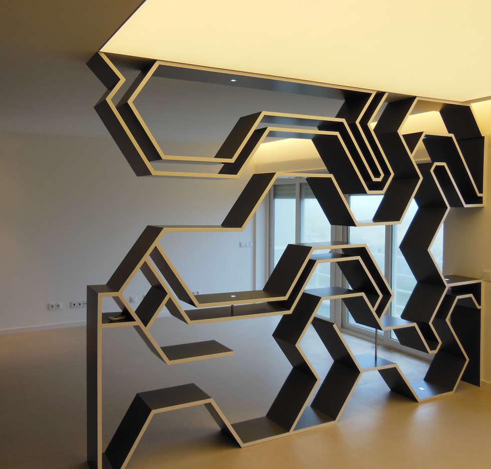 Divisoria vazada: Salas de estar modernas por Poliune
