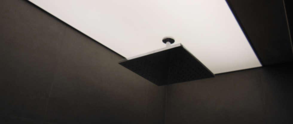 Tecto banho iluminado: Casas de banho modernas por Poliune