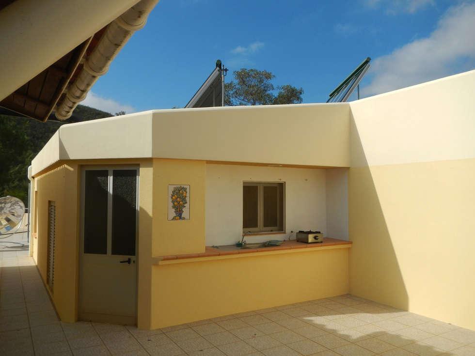 Renovação de Fachadas / Reparação de Fendas: Casas rústicas por RenoBuild Algarve