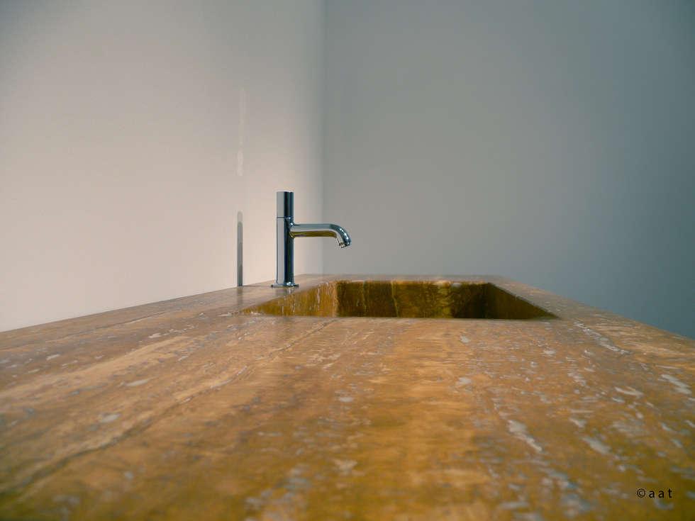 luminescent washbasin: Bagno in stile in stile Moderno di Alessandro Tosetti
