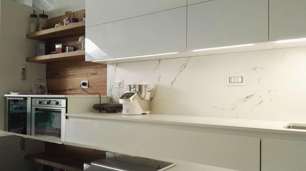 Cucina finitura Bianco laccato Lucido di Key Sbabo Cucine: Cucina in stile in stile Moderno di Formarredo Due design 1967