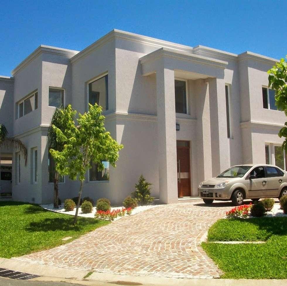 Fachada de la esquina: Casas de estilo clásico por MOLEarquitectura