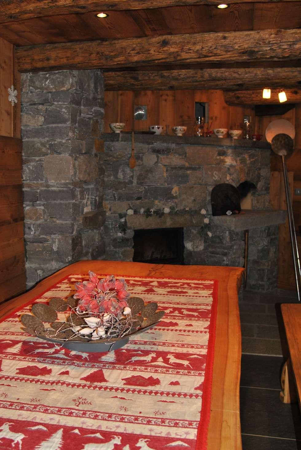 Tavolo e Camino: Sala da pranzo in stile in stile Rustico di Sangineto s.r.l