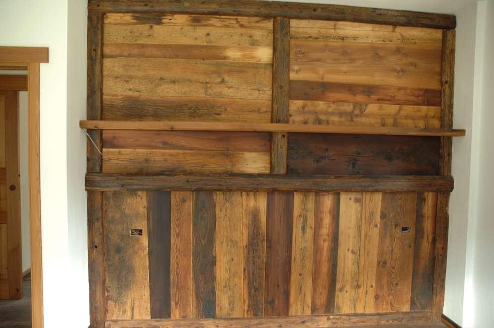 Rivestimento parete con legno antico: camera da letto in stile in