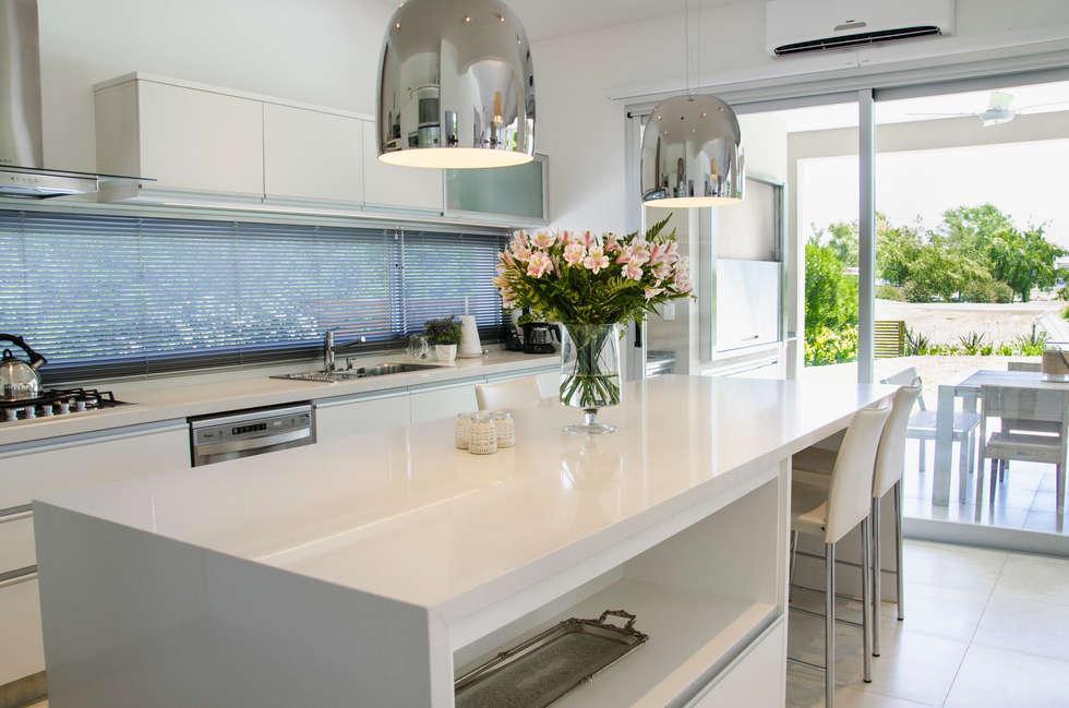Cocina cocinas de estilo moderno por parrado arquitectura for Cocina estilo moderno