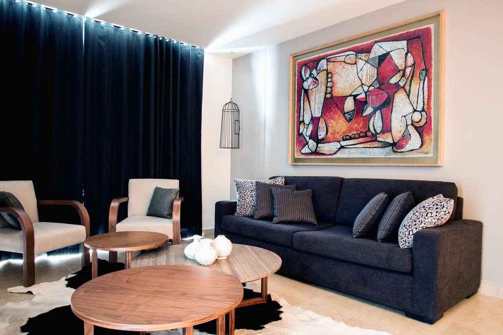 Sala con arte de Juan Ibarra: Salas de estilo moderno por Estudio Negro