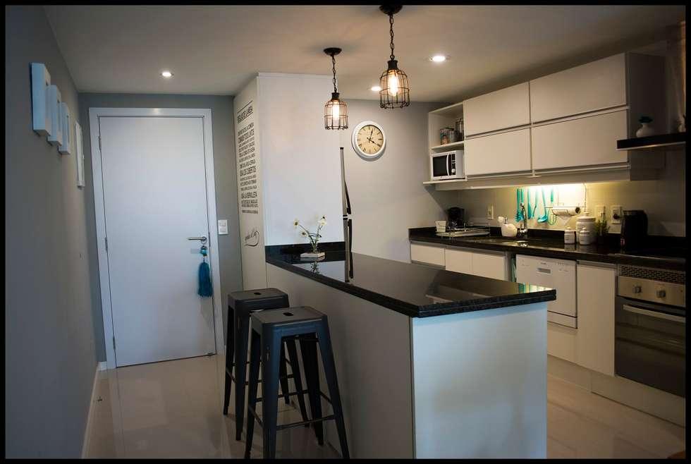 Barra multi espacio: Cocinas de estilo ecléctico por Diseñadora Lucia Casanova