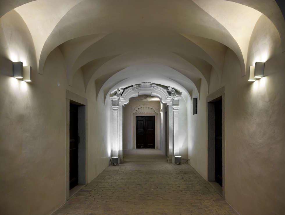 PALAZZO CANDELPERGHER: Ingresso & Corridoio in stile  di masetto snc