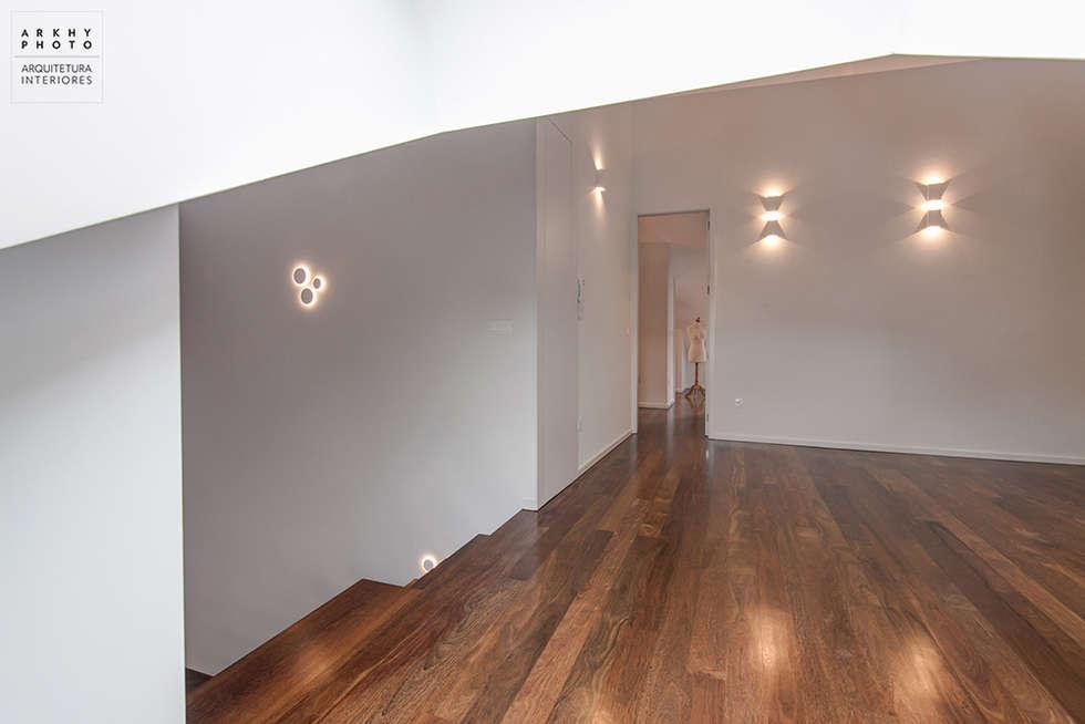 Casa JF02 - Ovar   Reabilitação de Moradia: Quartos modernos por ARKHY PHOTO