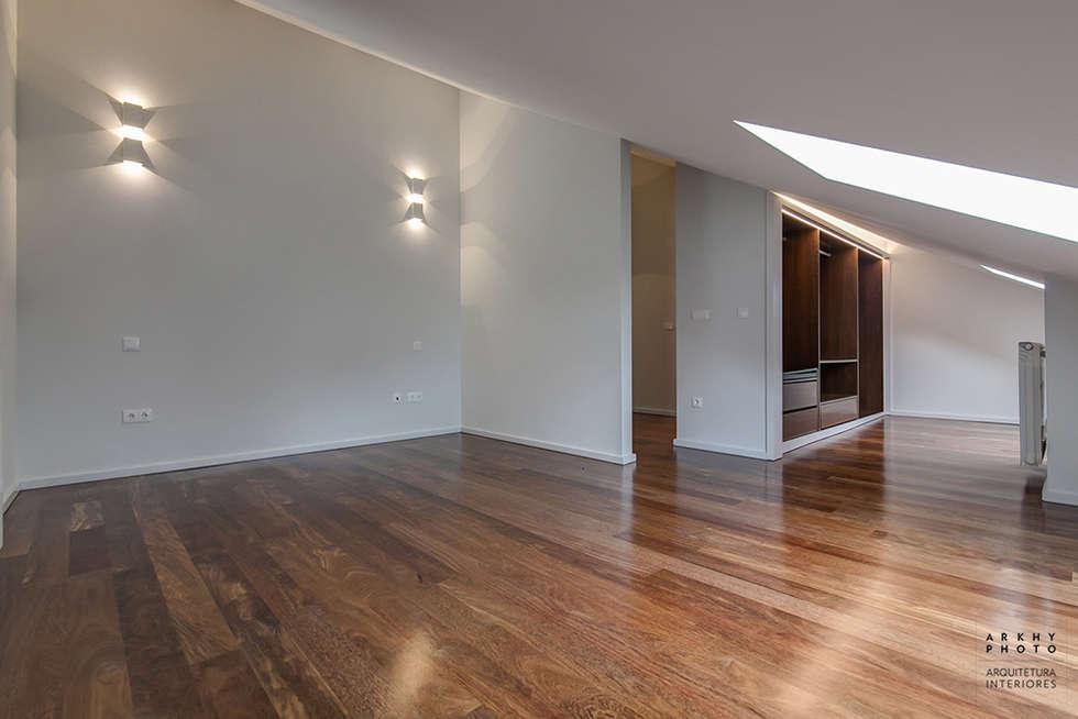 Casa JF02 - Ovar | Reabilitação de Moradia: Quartos modernos por ARKHY PHOTO