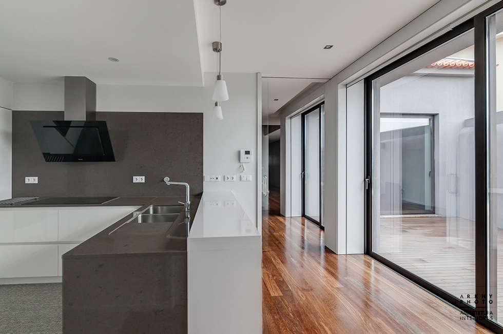 Casa JF02 - Ovar   Reabilitação de Moradia: Cozinhas modernas por ARKHY PHOTO