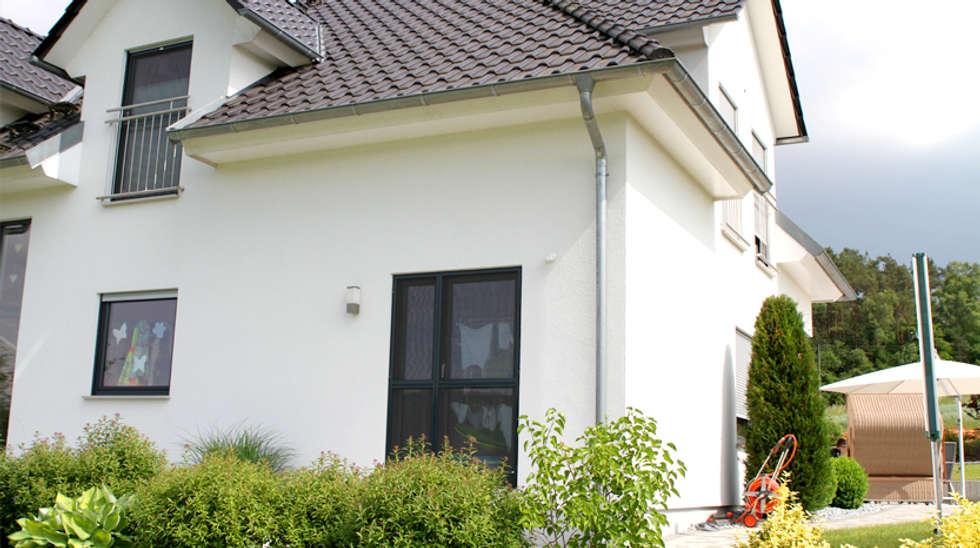 Musterhaus modern walmdach  Moderner Garten Bilder: Exklusive Stadtvilla mit Walmdach, Gauben ...