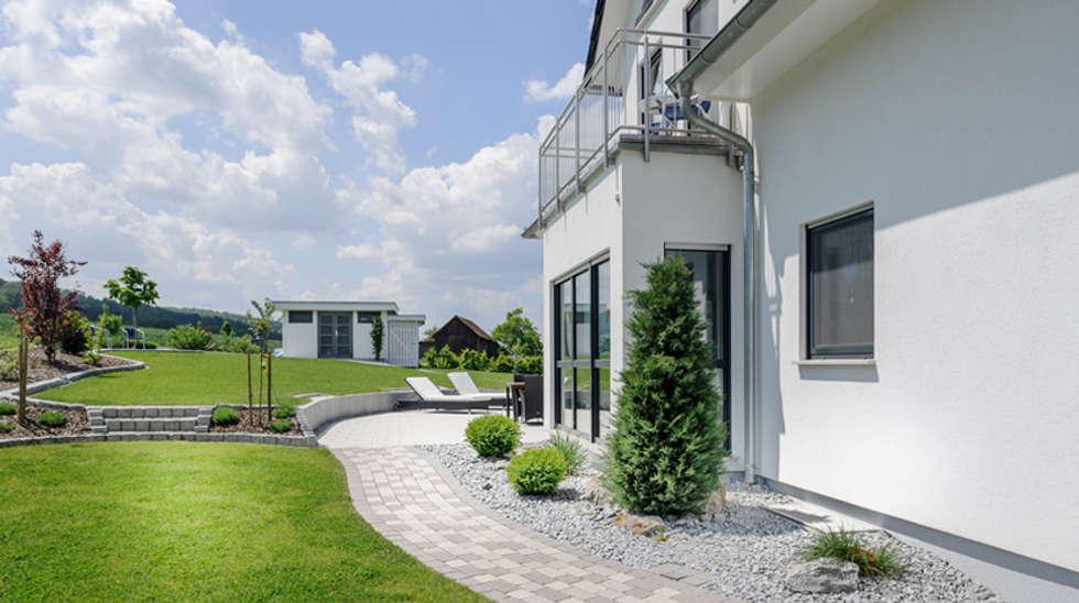 Moderne stadtvilla walmdach  Exklusive Stadtvilla mit Walmdach, Gauben und Erker von Albert ...