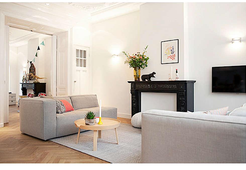 Een verdieping van een herenhuis: scandinavische woonkamer door ...
