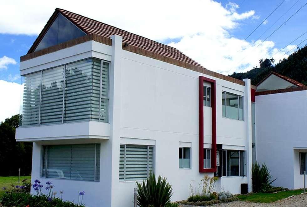 Fachada posterior: Casas de estilo moderno por AV arquitectos