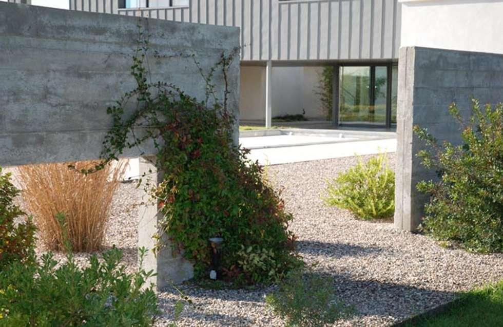 Un jardin contemporain: Jardin de style de style Méditerranéen par JARDIN GECKO