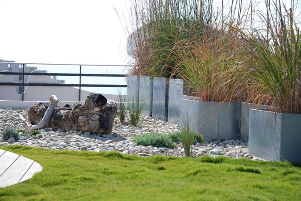 Une plage en terrasse: Jardin de style de style Méditerranéen par JARDIN GECKO