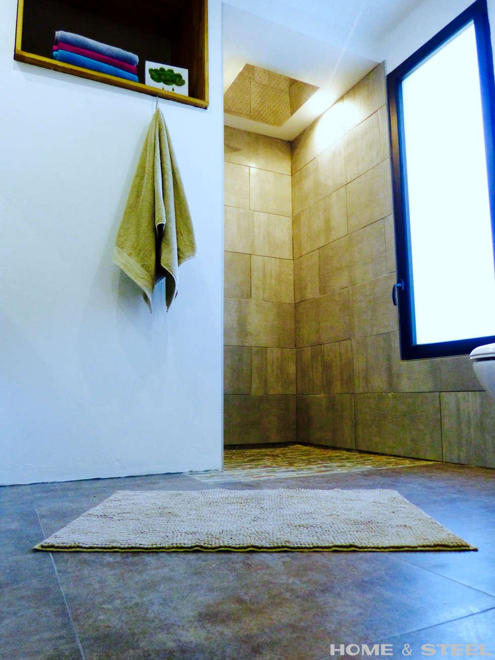 La salle de bain et sa grande douche à l'italienne: Salle de bains de style  par Home And Steel