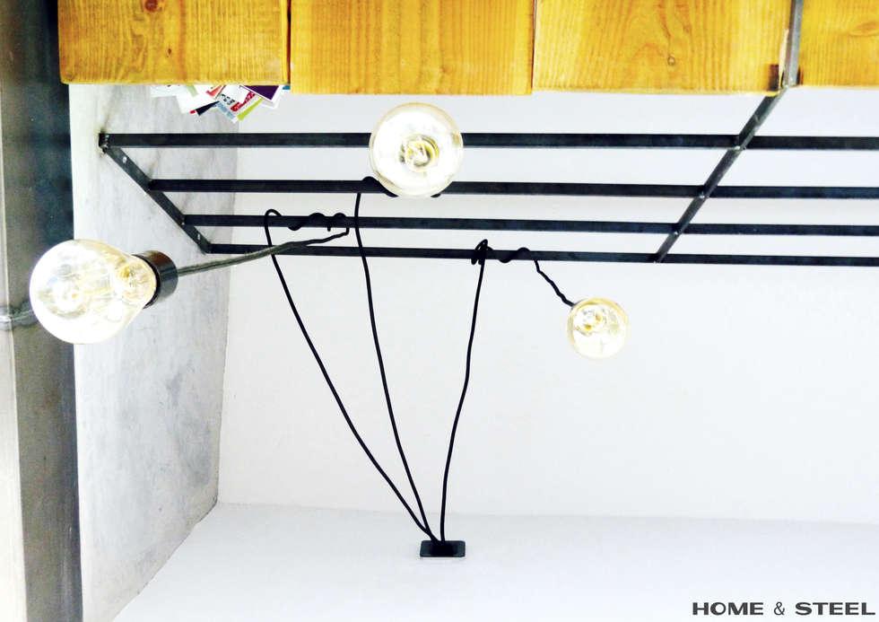 Mezzanine avec rambarde et lumières entortillées: Chambre de style de style Industriel par Home And Steel