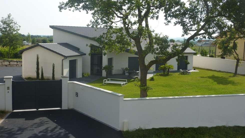 Maison à la toiture originale avec tuiles plates: Maisons de style de style eclectique par Concept Creation