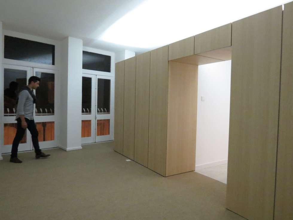 Apartamento T0 : Salas de estar minimalistas por Ivo Sampaio Arquitectura