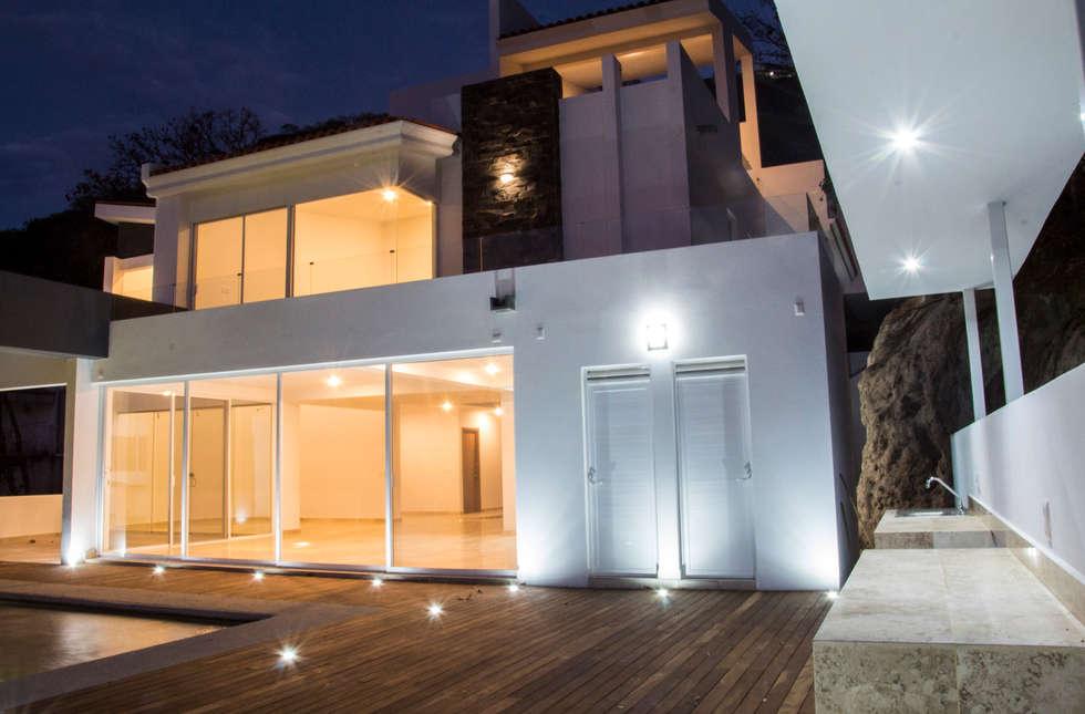 terraza con barra: Terrazas de estilo  por Excelencia en Diseño
